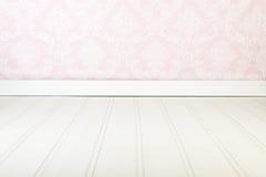 εσωτερικό εδρών κοντά στο εκλεκτής ποιότητας άσπρο παράθυρο Στοκ φωτογραφία με δικαίωμα ελεύθερης χρήσης
