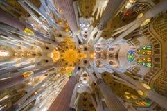 Εσωτερικό θεαματικό Λα Sagrada εκκλησιών της Βαρκελώνης Στοκ Εικόνες