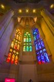 Εσωτερικό θεαματικό Λα Sagrada εκκλησιών της Βαρκελώνης Στοκ Φωτογραφία