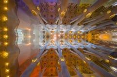 Εσωτερικό θεαματικό Λα Sagrada εκκλησιών της Βαρκελώνης Στοκ Φωτογραφίες