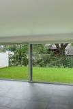 Εσωτερικό, καθιστικό και μεγάλο παράθυρο Στοκ φωτογραφία με δικαίωμα ελεύθερης χρήσης