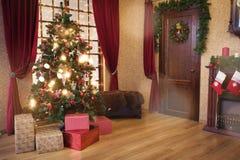 Εσωτερικό καθιστικό με ένα χριστουγεννιάτικο δέντρο στοκ εικόνα με δικαίωμα ελεύθερης χρήσης