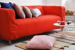 Εσωτερικό καθιστικών με τον άνετο καναπέ Στοκ Φωτογραφίες