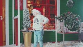 Εσωτερικό και χιόνι Χριστουγέννων Παιδί σε ένα εσωτερικό Χριστουγέννων απόθεμα βίντεο