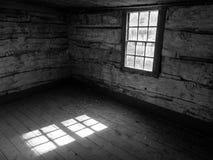 Εσωτερικό καμπινών κούτσουρων, παράθυρο και σχέδιο ήλιων στο πάτωμα B&W Στοκ εικόνα με δικαίωμα ελεύθερης χρήσης