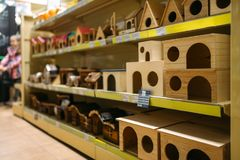 Εσωτερικό κατάστημα κατοικίδιων ζώων, ράφια με τα εξαρτήματα Στοκ φωτογραφίες με δικαίωμα ελεύθερης χρήσης
