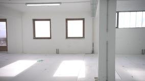 Εσωτερικό κενό ελαφρύ δωμάτιο γραφείων με την άσπρη ταπετσαρία χωρίς έπιπλα σε μια νέα ανακαίνιση οικοδόμησης ή κάτω απόθεμα βίντεο