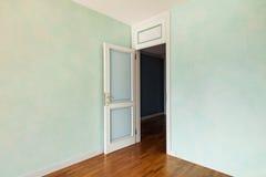 Δωμάτιο με την πόρτα ανοικτή Στοκ φωτογραφίες με δικαίωμα ελεύθερης χρήσης