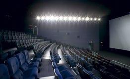 Εσωτερικό κινηματογράφων με τα φω'τα επάνω. Έδρες και οθόνη. Στοκ Εικόνα