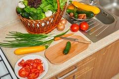 Εσωτερικό κουζινών με τα λαχανικά και τα φρέσκα πράσινα στο καλάθι, υγιής έννοια τροφίμων, τοπ άποψη Στοκ φωτογραφία με δικαίωμα ελεύθερης χρήσης