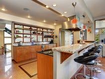 Εσωτερικό κουζινών με τα μακριά ξύλινα γραφεία και τα ράφια Στοκ Εικόνα
