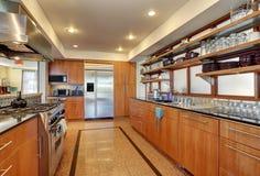 Εσωτερικό κουζινών με τα μακριά ξύλινα γραφεία και τα ράφια Στοκ φωτογραφίες με δικαίωμα ελεύθερης χρήσης