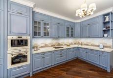 Εσωτερικό κουζινών με τις συσκευές και το μπλε επίπλων Στοκ εικόνες με δικαίωμα ελεύθερης χρήσης