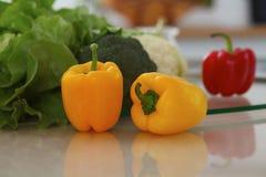 Εσωτερικό κουζινών Πολλά λαχανικά και άλλο γεύμα στον πίνακα γυαλιού είναι έτοιμα για μαγειρευμένος σύντομα Στοκ φωτογραφία με δικαίωμα ελεύθερης χρήσης