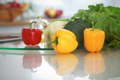 Εσωτερικό κουζινών Πολλά λαχανικά και άλλο γεύμα στον πίνακα γυαλιού είναι έτοιμα για μαγειρευμένος σύντομα Στοκ εικόνα με δικαίωμα ελεύθερης χρήσης