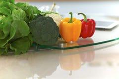 Εσωτερικό κουζινών Πολλά λαχανικά και άλλο γεύμα στον πίνακα γυαλιού είναι έτοιμα για μαγειρευμένος σύντομα Στοκ εικόνες με δικαίωμα ελεύθερης χρήσης