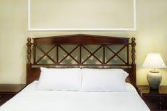 Εσωτερικό κρεβατοκάμαρων με το κρεβάτι και το μαξιλάρι του άνετου σπιτιού στο σύγχρονο desi Στοκ Φωτογραφία