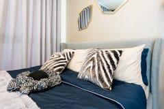 Εσωτερικό κρεβατοκάμαρων με το κρεβάτι και το μαξιλάρι του άνετου σπιτιού Στοκ Εικόνα