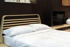 Εσωτερικό κρεβατοκάμαρων με το κρεβάτι και το μαξιλάρι του άνετου σπιτιού στο σύγχρονο desi Στοκ φωτογραφία με δικαίωμα ελεύθερης χρήσης