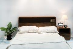 Εσωτερικό κρεβατοκάμαρων με το κρεβάτι και το μαξιλάρι του άνετου σπιτιού στο σύγχρονο desi Στοκ Εικόνες