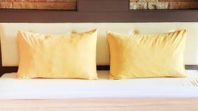 Εσωτερικό κρεβατοκάμαρων ύφους με τα διπλά κίτρινα μαξιλάρια Στοκ Εικόνες