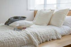 Εσωτερικό κρεβατοκάμαρων Sylish με τα γραπτά μαξιλάρια στο κρεβάτι Στοκ Φωτογραφία