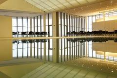 Εσωτερικό κτιρίου γραφείων με τον ορίζοντα Στοκ εικόνα με δικαίωμα ελεύθερης χρήσης
