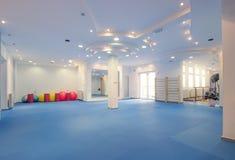 Εσωτερικό μεγάλο δωμάτιο, κανένας άνθρωπος, φυσική θεραπεία γυμναστικής ικανότητας Στοκ Φωτογραφία