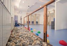 Εσωτερικό μεγάλο δωμάτιο, κανένας άνθρωπος, φυσικό ροκ θεραπείας γυμναστικής ικανότητας Στοκ Φωτογραφίες