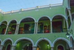 Εσωτερικό με τις αψίδες, τα έργα ζωγραφικής και τους πράσινους τοίχους Δημαρχείο πόλεων Yucatan στο Μεξικό Μέριντα Στοκ Φωτογραφίες
