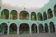 Εσωτερικό με τις αψίδες, τα έργα ζωγραφικής και τους πράσινους τοίχους Δημαρχείο πόλεων Yucatan στο Μεξικό Μέριντα Στοκ Εικόνες