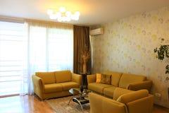 Εσωτερικό με τους καναπέδες μουστάρδας στο σύγχρονο ύφος στοκ εικόνα