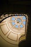 Εσωτερικό με τους χρωματισμένους ανώτατους πολυελαίους και το χαρασμένο σκαλοπάτι Raili Στοκ Εικόνες