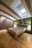Εσωτερικό μιας αληθοφανούς κρεβατοκάμαρας πολυτέλειας στη σοφίτα Στοκ Φωτογραφίες