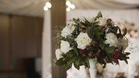 Εσωτερικό μιας διακόσμησης γαμήλιων αιθουσών έτοιμης για τους φιλοξενουμένους Όμορφο δωμάτιο για τις τελετές και τους γάμους γάμο απόθεμα βίντεο