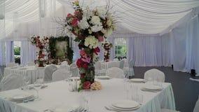 Εσωτερικό μιας διακόσμησης γαμήλιων αιθουσών έτοιμης για τους φιλοξενουμένους Όμορφο δωμάτιο για τις τελετές και τους γάμους γάμο φιλμ μικρού μήκους