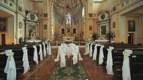 Εσωτερικό μιας καθολικής εκκλησίας πριν από το γάμο απόθεμα βίντεο