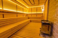 Εσωτερικό μιας ξύλινης φινλανδικής σάουνας Στοκ Εικόνες