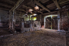 Εσωτερικό μιας παλαιάς, αποσυντιθειμένος σιταποθήκης. Στοκ Εικόνες