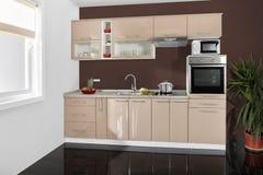 Εσωτερικό μιας σύγχρονης κουζίνας, ξύλινα έπιπλα, απλός και καθαρός στοκ φωτογραφία με δικαίωμα ελεύθερης χρήσης