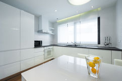 Εσωτερικό μιας σύγχρονης φωτεινής άσπρης κουζίνας πολυτέλειας Στοκ Φωτογραφίες