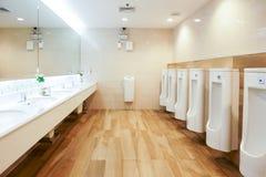 Εσωτερικό νεροχυτών τουαλετών της δημόσιας τουαλέτας με των χεριών και του καθρέφτη πλύσης στοκ εικόνες