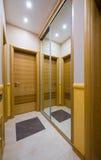 Εσωτερικό ντουλαπών με το μεγάλο καθρέφτη Στοκ φωτογραφίες με δικαίωμα ελεύθερης χρήσης
