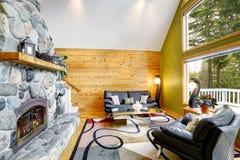 Εσωτερικό οικογενειακών δωματίων με τον τοίχο πετρών και την ξύλινη ξυλεπένδυση τοίχων Στοκ φωτογραφία με δικαίωμα ελεύθερης χρήσης