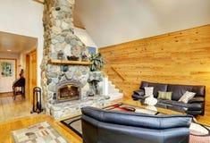Εσωτερικό οικογενειακών δωματίων με τον τοίχο πετρών και την ξύλινη ξυλεπένδυση τοίχων Στοκ φωτογραφίες με δικαίωμα ελεύθερης χρήσης