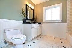 Εσωτερικό λουτρών με το άσπρο κεραμίδι, περιποίηση τοίχων σανίδων, πράσινοι τοίχοι, στοκ φωτογραφία με δικαίωμα ελεύθερης χρήσης