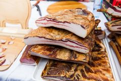 Εσωτερικό παραδοσιακό καπνισμένο τρόφιμα μπέϊκον στην τοπική αγορά αγροτών στοκ φωτογραφίες