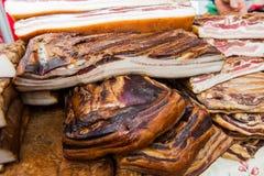 Εσωτερικό παραδοσιακό καπνισμένο τρόφιμα μπέϊκον στην τοπική αγορά αγροτών στοκ φωτογραφία με δικαίωμα ελεύθερης χρήσης