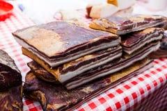 Εσωτερικό παραδοσιακό καπνισμένο τρόφιμα μπέϊκον στην τοπική αγορά αγροτών στοκ εικόνες με δικαίωμα ελεύθερης χρήσης
