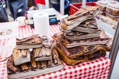 Εσωτερικό παραδοσιακό καπνισμένο τρόφιμα μπέϊκον στην τοπική αγορά αγροτών στοκ φωτογραφίες με δικαίωμα ελεύθερης χρήσης